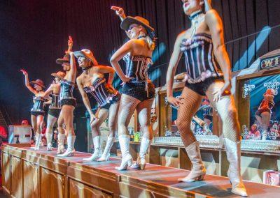 Western-Dance-Ladies-tanzen-auf-der-Saloonbar