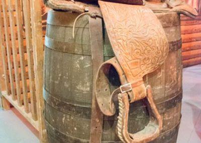 Western Fein-Deko wie: Whisky-Fässer, Sättel etc.