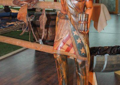 Lebensgroße Indianerfigur aus Holz macht sich immer gut im Entree-Bereich.