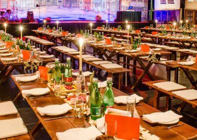 Lange Tischreihen charmant eingedeckt.
