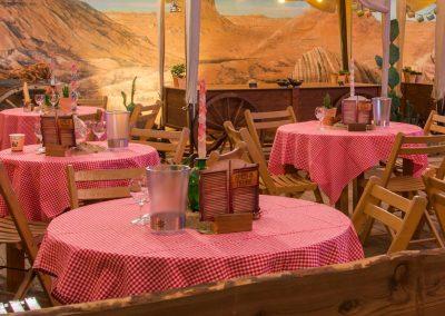Kleine runde Tische, ganz im Westernstile.